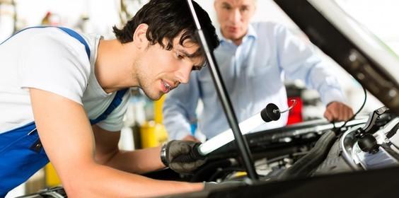 Мастер ремонтирует гбо для авто